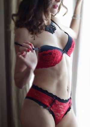 Kahina escort girls in Clearlake